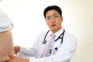 メタボ健診をする医者