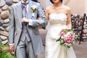 男性が結婚式で新郎として登場する際にタキシードでスラっとしていて悪い訳ない